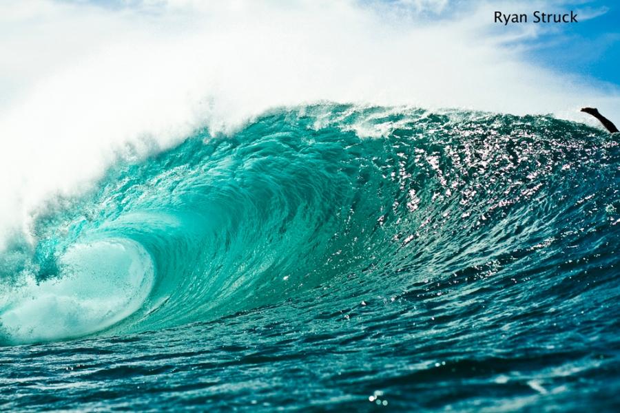 pipeline in hawaii. north shore. oahu. surfing in hawaii. empty wave.